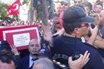Aydın'daki asker cenazesinin taşınması sırasında protokole ait otomobillerin geçebilmesi için polis ekiplerinin yolu kapatması tepkilere neden oldu. Polislerle Şehit bizim şehidimiz, onlar da kim oluyor diyen ülkücü grup, barikatı aşarak protokol araçlarının geçmesine izin vermedi.