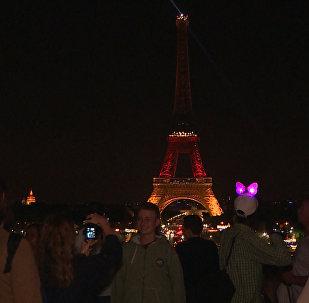 Эйфелева башня окрасилась в цвета флага ФРГ в память о погибших в Мюнхене