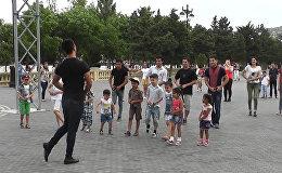Бакинцы учатся танцевать на уличном мастер-классе