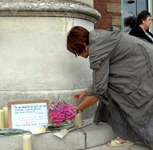 Теракт в пригороде Руаны: мемориал из свечей и обращение к нации Олланда