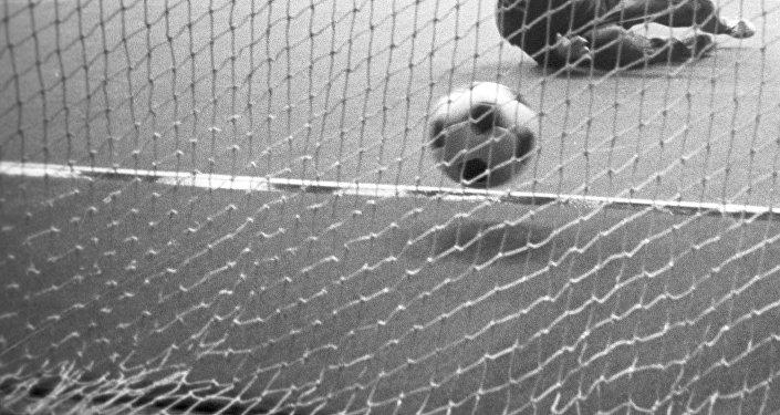 Футбол 60-х гг. Момент из матча