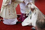 Roma papası Fransisk Polşadakı ayin zamanı yerə yıxılıb
