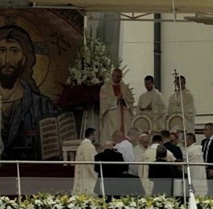 Папа Франциск упал во время мессы, проходившей в Польше