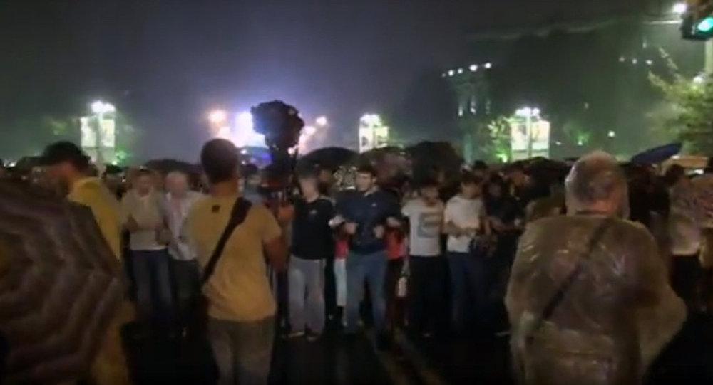 Перекрывшие движение вцентре Еревана протестующие вернулись наПлощадь Свободы, акция закончилась