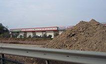 Azeravtoyol разрыли участок дороги начиная от водохранилища Джейранбатан и до самого въезда в одноименный поселок и засыпают его землей