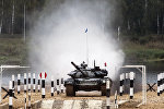Экипаж танка Т-72Б3 армии Беларуси во время прохождения дистанции по танковому биатлону на полигоне Алабино