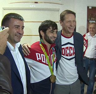 Первый российский чемпион ОИ-2016 показал завоеванную золотую медаль