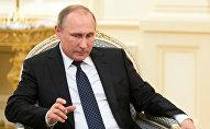 Президент России Владимир Путин во время встречи с главой Азербайджана Ильхамом Алиевым. Баку, 8 августа 2016 года