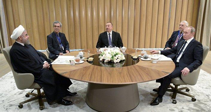 8 августа 2016. Президент России Владимир Путин (справа), президент Азербайджанской Республики Ильхам Алиев (в центре) и президент Исламской Республики Иран Хасан Рухани (слева) во время трехсторонней встречи в Центре Гейдара Алиева в Баку