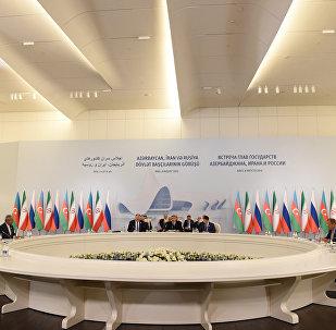 Azərbaycan Prezidenti İlham Əliyev, İran Prezidenti Həsən Ruhani və Rusiya Prezidenti Vladimir Putin Zirvə görüşünün birgə bəyannaməsini imzalayırlar