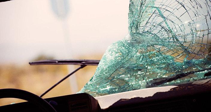 Разбитое лобовое стекло автомобиля, архивное фото