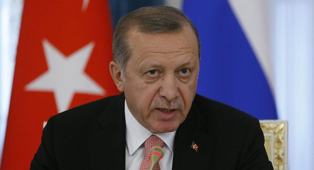 Türkiyə prezidenti Rəcəb Tayyip Ərdoğan rusiyalı həmkarı Vladimir Putinlə görüş zamanı. Sankt-Peterbuqr, 9 avqust 2016-cı il