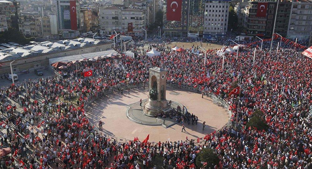 Всумках, из-за которых перекрыли площадь Таксим вСтамбуле, оказалась одежда