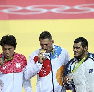 Дзюдо. Церемония награждения. Справа налево: Эльмар Гасымов, Лукас Крпалек (Чехия) и Рюносукэ Хага (Япония)