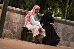 Арабская семья отдыхает на Площади фонтанов в Баку