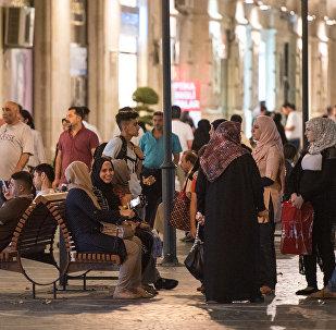 Bakının mərkəzi küçəsində turistlər