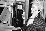 Женщина говорит по телефону. США, штат Мэн, город Рипли. 24 июля 1948 года