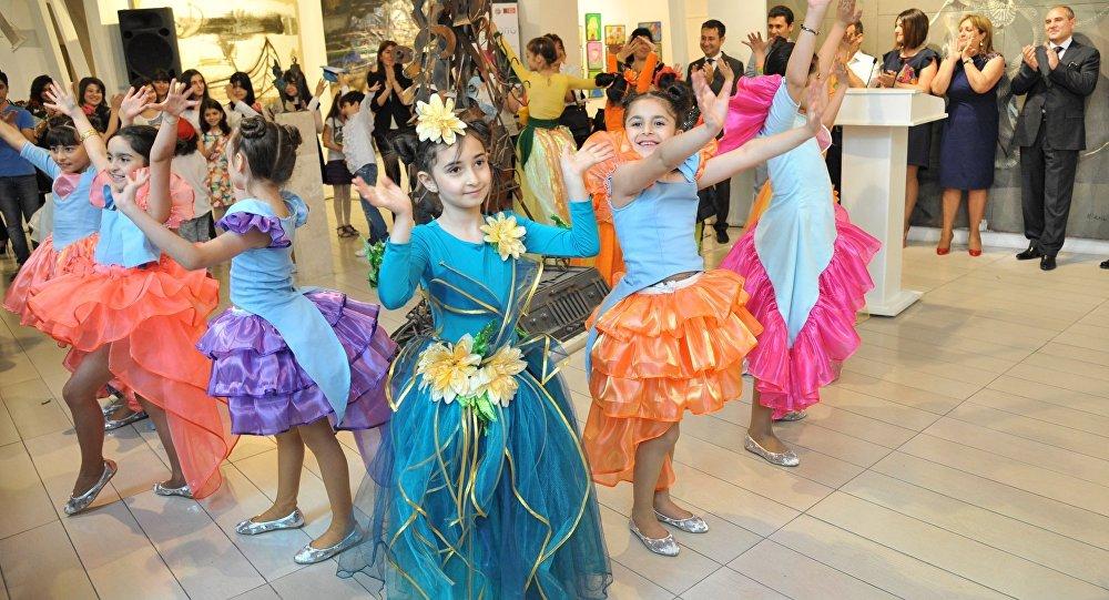 Танцевальный номер детей в Музее Современного Искусства. Баку, 25 мая 2014 года
