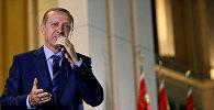 Президент Турции Реджеп Тайип Эрдоган выступает перед своими сторонниками в Президентском дворце. Архивное фото
