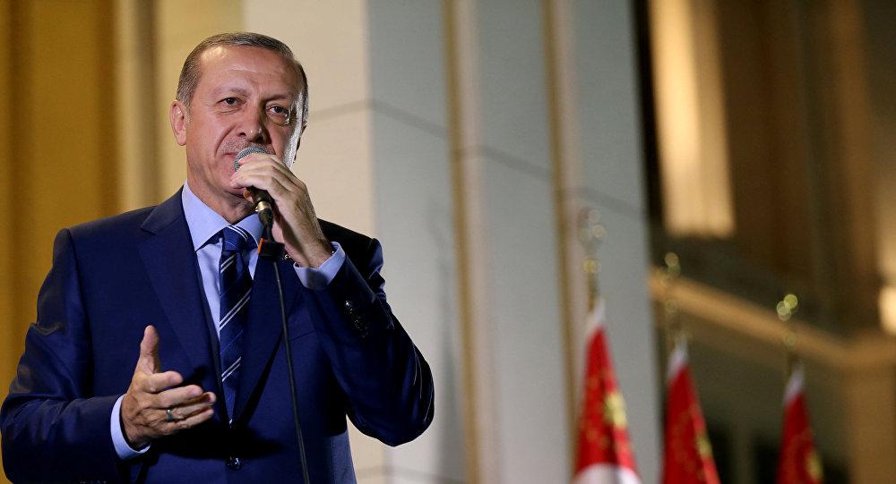 Президент Турции Реджеп Тайип Эрдоган выступает перед своими сторонниками в Президентском дворце. Анкара, 10 августа 2016 года
