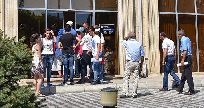 Beynəlxalq Bankın Mətbuat filialı qarşısındakı növbə