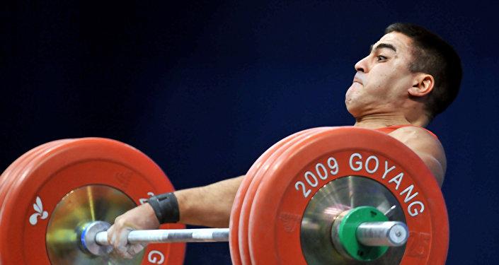 Тяжелоатлет Низами Пашаев на Чемпионате мира по тяжёлой атлетике. Южная Корея, городе Коян. 27 ноября 2009 года