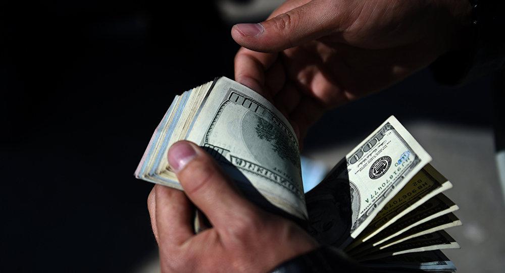 Пересчитывание денег. Архивное фото