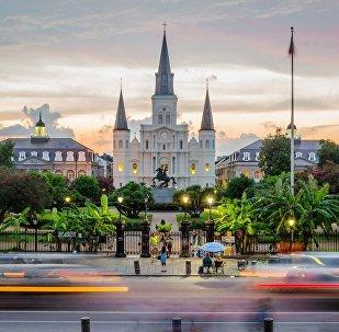 Узнаваемый символ города - Статуя Эндрю Джексона на фоне Собора Святого Людовика, главная улица Нового Орлеана