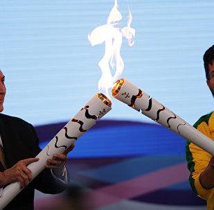 Временный президент Бразилии зажигает факел с пламенем Паралимпийских игр в Рио