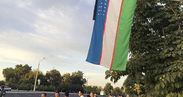 Özbəkistan bayrağı endirilib