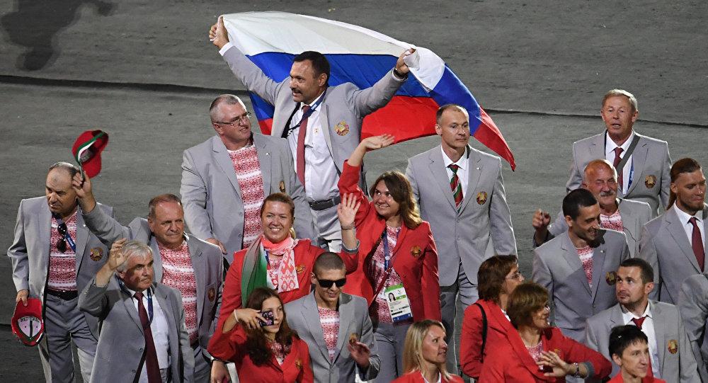 Российский флаг на открытии ХV летних Паралимпийских игр 2016 в Рио-де-Жанейро