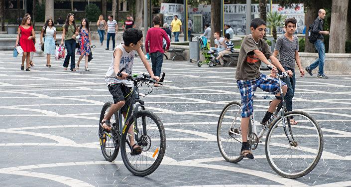 Bakının Fəvvarələr meydanında velosiped sürən uşaqlar, arxiv şəkli