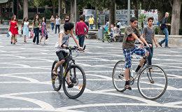 Мальчики на велосипедах на Площади фонтанов в Баку