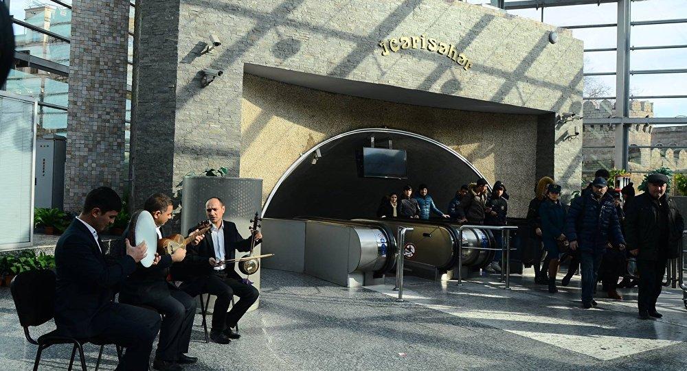 İçərişəhər metro stansiyasında muğam üçlüyü