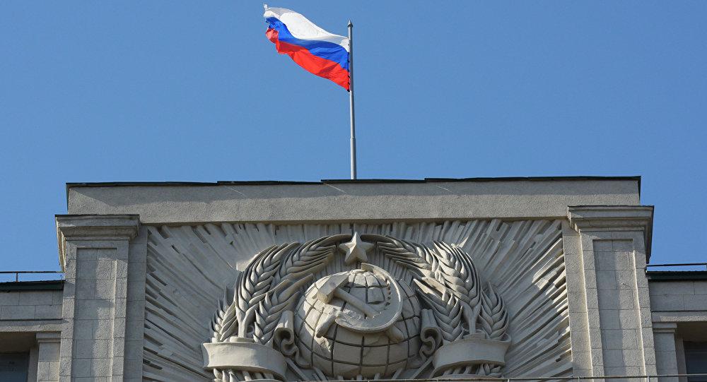 Флаг на здании Государственной Думы РФ на улице Охотный Ряд в Москве