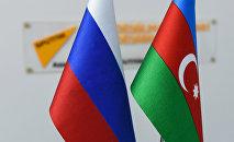 Rusiya və Azərbaycan bayraqları