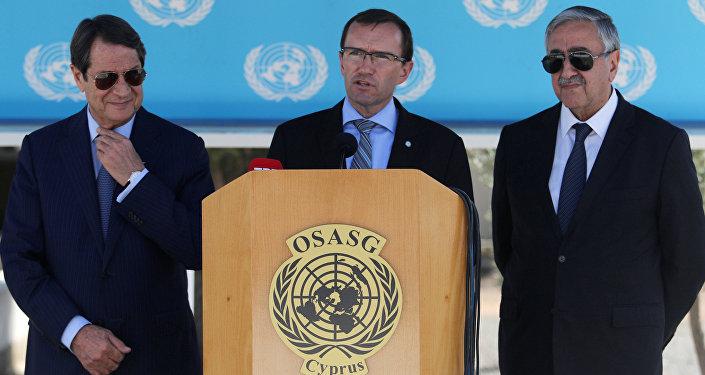 Слева направо: Никос Анастасиадис, спецпосланник ООН Эспен Барт Эйде и глава непризнанной ТРСК Мустафа Акынджи во время пресс-конференции в аэропорту Никосия