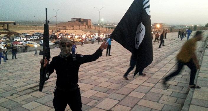 Боевик Исламского государства на улице Мосула