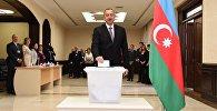 Azərbaycan Prezidenti İlham Əliyev səs verərkən