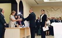 Ильхам Алиев проголосовал на избирательном участке номер 6 в Баку