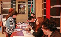 Процесс голосования в одном из избирательных округов Азербайджана