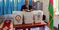 Demokratik İslahatlar Partiyasının sədri Asim Mollazadə  səs verərkən