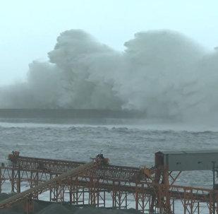 Тайфун Меги затопил многометровыми волнами улицы Тайваня