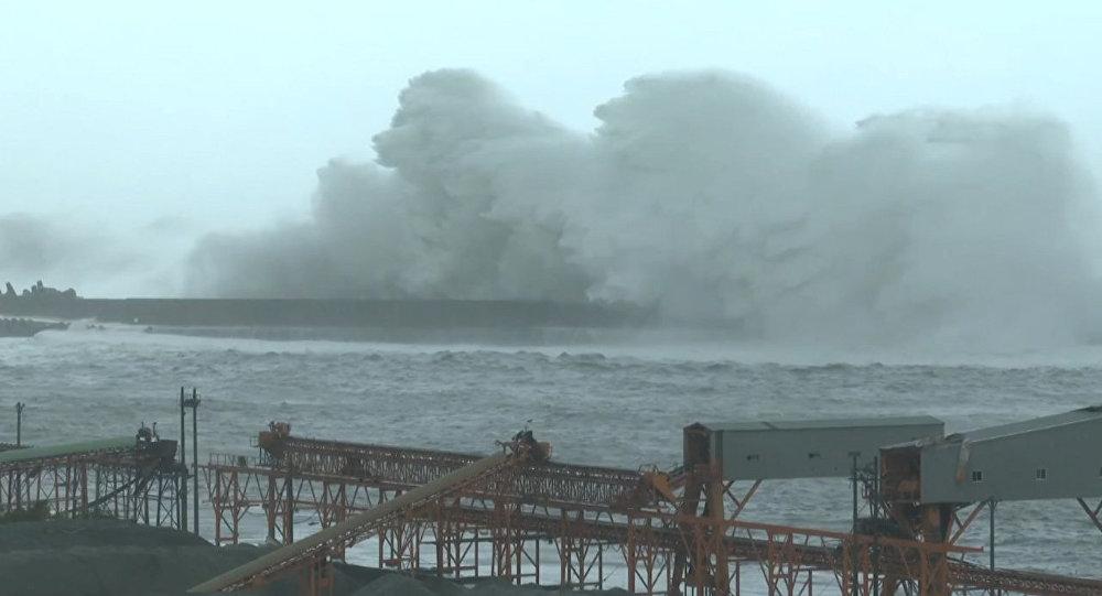 ВЯпонии из-за тайфуна отменили более 50-ти рейсов