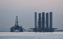Нефтяная платформа и шельф на Каспийском море