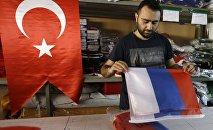 Рабочий фабрики по производству флагов в Стамбуле