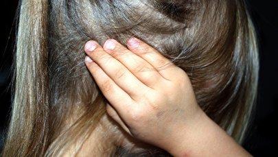 Девочка, закрывшая уши руками