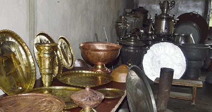 Usta Talehin emalatxanasındakı qablar, samovarlar və qədimi qazanlar