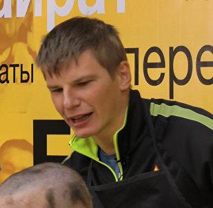 Аршавин наголо обрил проигравшего пари журналиста