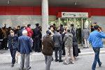 Вкладчики перед головным офисом Bank Standard в Баку